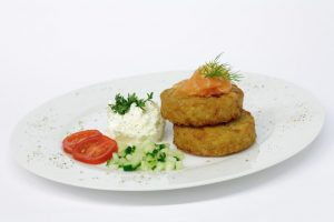 Fisch-Kokosnuss-Puffer mit Zucchinigemüse